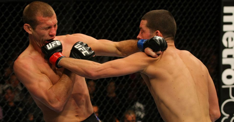 Nate Diaz acerta o queixo de Donald Cerrone, na vitria por pontos em Las Vegas