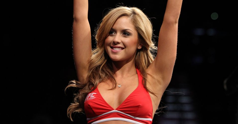 Bela ring girl Brittney Palmer anuncia round durante o UFC 141, em Las Vegas