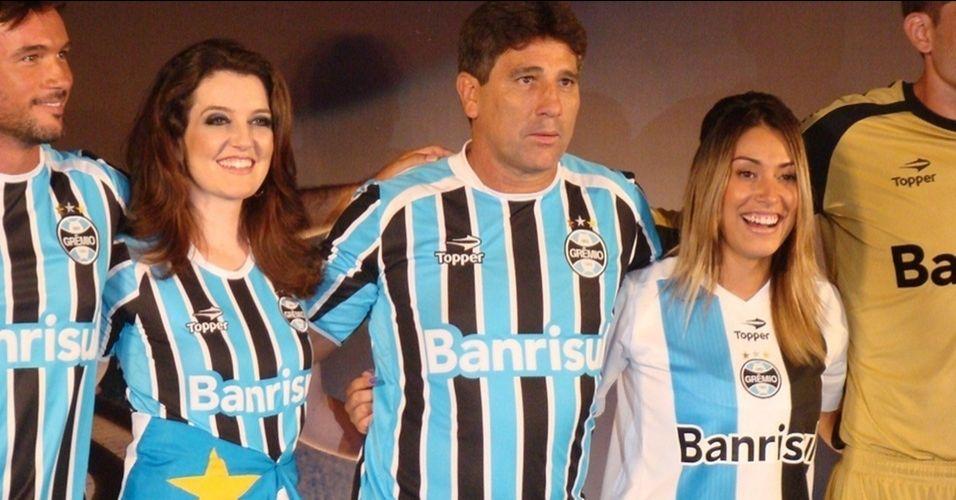 Ao lado de Renato Gaúcho, Dani Bolina desfilou com o novo uniforme do Grêmio em 2011