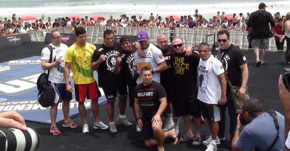 Vitor Belfort posa com a sua equipe após treino aberto do UFC Rio na Barra da Tijuca