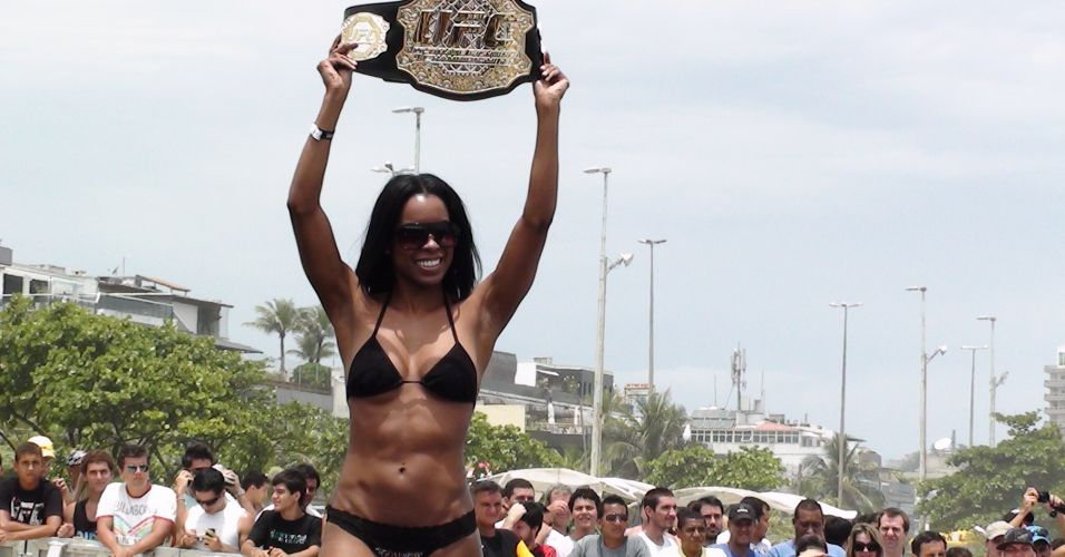 Ring girl Chandella Powell desfila com o cinturo de Jos Aldo durante o treino livre do UFC Rio na Barra da Tijuca