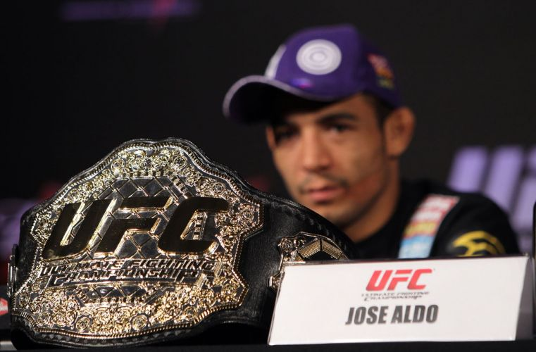 Jos Aldo comparece  entrevista coletiva do UFC com seu cinturo de campeo mundial dos pesos pena