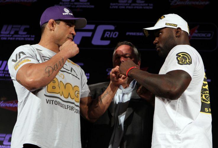 Vítor Belfort encara seu desafiante, o norte-americano Anthony Johnson, durante coletiva do UFC