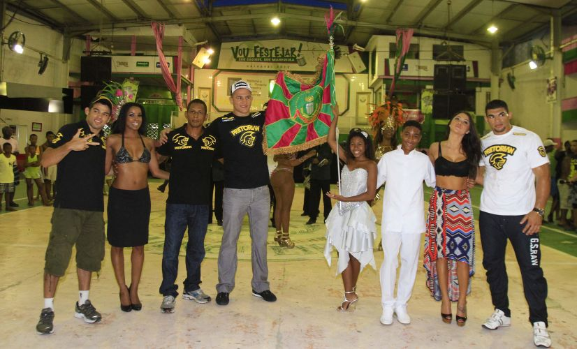 Lutadores e ring girls do UFC visitam Mangueira e posam ao lado da bandeira da escola