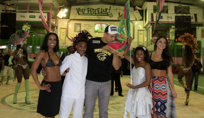 Ao lado das ring girls, Júnior Cigano beija bandeira da Mangueira em visita do UFC ao local