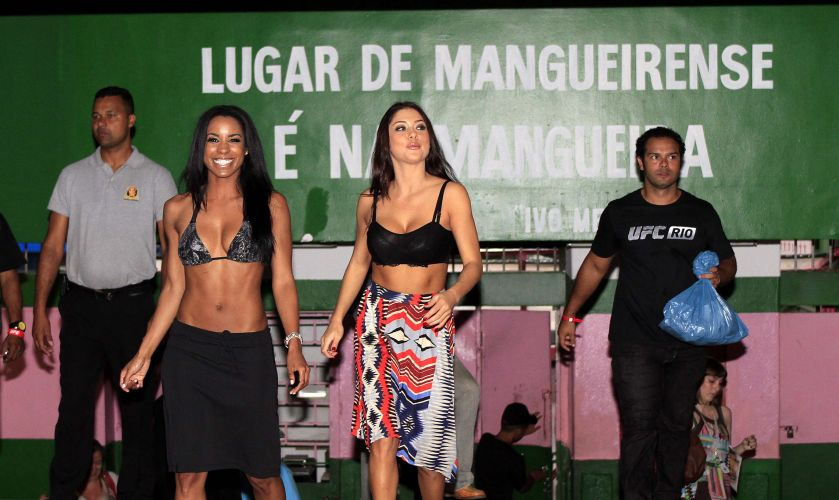 Ring girls tambm estiveram opresentes na visita do UFC  mangueira, nesta quinta-feira