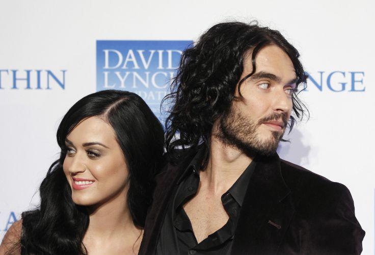 Katy Perry posa ao lado do ex-marido Russell Brand. Mãe da cantora acredita que Tim Tebow é a cura para a tristeza da filha após a separação