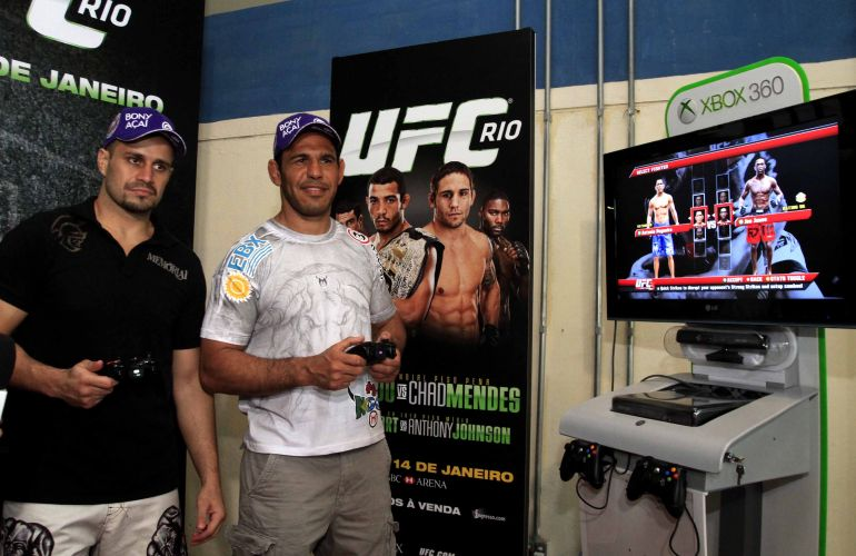 Minotauro aguarda incio da pesagem jogando videogame nos bastidores do UFC Rio