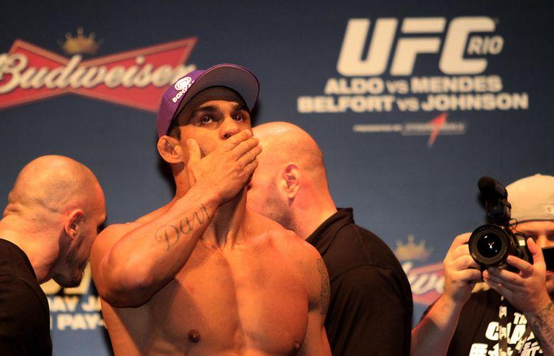 Vítor Belfort manda beijos depois da pesagem. Seu adversário, Anthony Johnson foi multado por não alcançar o peso