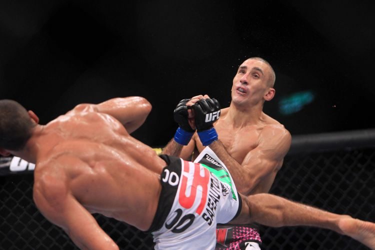 Terry Etim leva chute de Edson Barboza e 