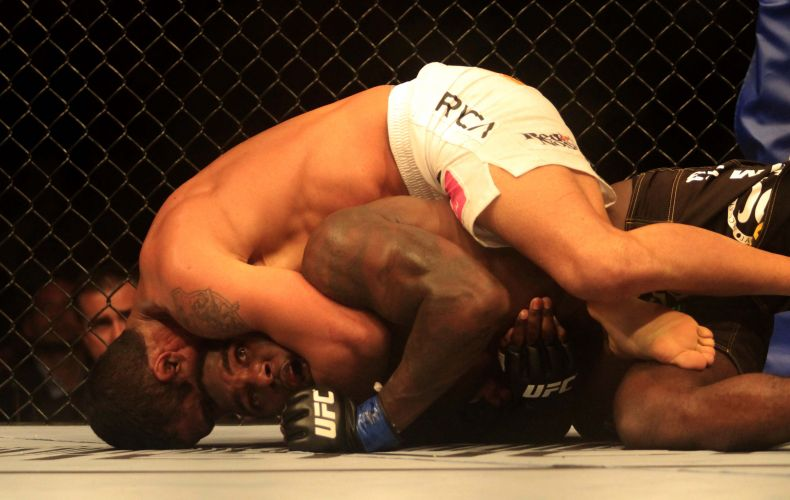 Vítor Belfort encaixa golpe no norte-americano Anthony Johnson para conseguir a submissão do adversário