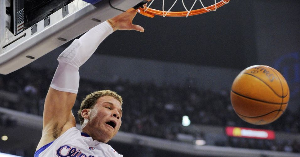 Blake Griffin enterra para os Clippers, que venceram os Mavericks com uma cesta no fim (18/01/2012)