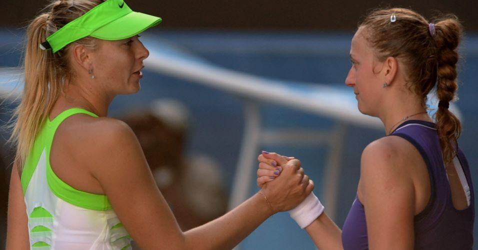 26.jan.2012 - Maria Sharapova e Petra Kvitova (dir) se cumprimentam ao final da partida entre as duas na semifinal do Aberto da Austrália