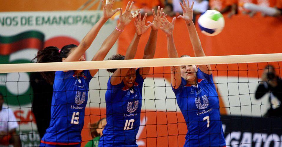 As campeãs olímpicas Sheilla (e), Valeskinha (c) e Mari formam bloqueio triplo da Unilever em lance da vitória sobre o Sollys