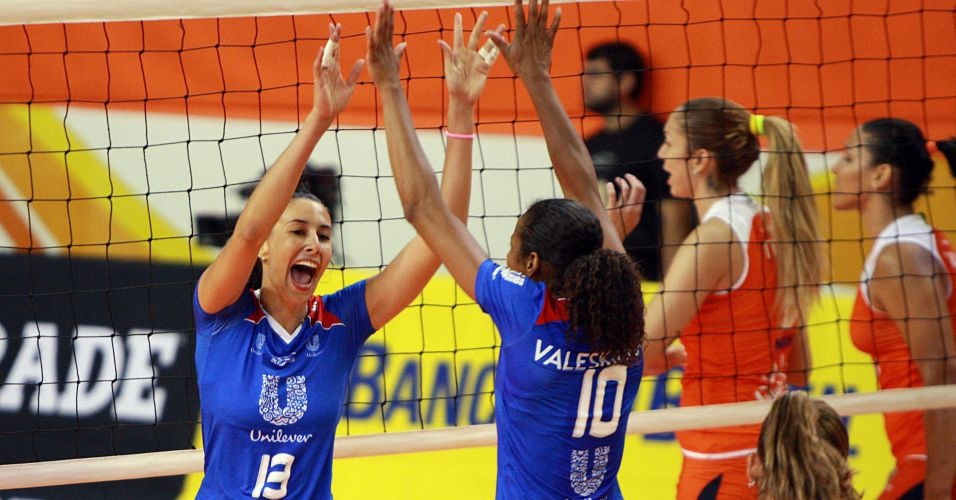Sheilla (e) e Valeskinha comemoram ponto da Unilever na vitória por 3 sets a 1 sobre o Sollys em Osasco