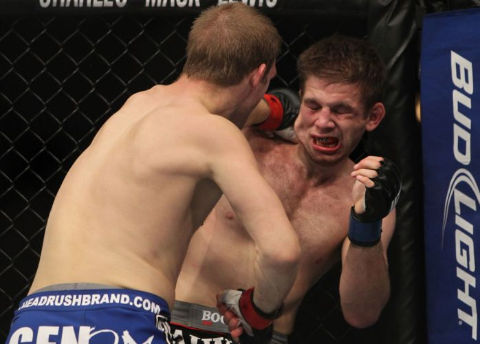 Lentz  atingido por Evan Dunham durante sua derrota no UFC on FOX 2