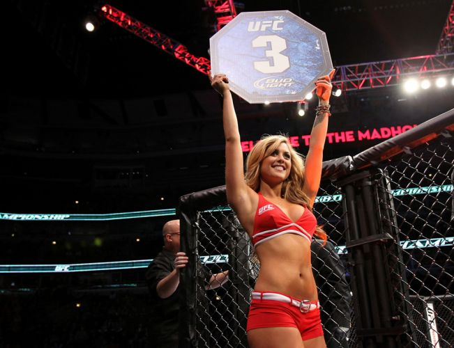 Brittney Palmer desfila no octógono de Chicago, no UFC on FOX 2