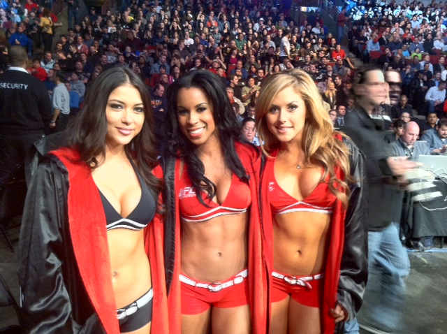 Trio de ring girls do UFC posa para fotos em seu local de trabalho