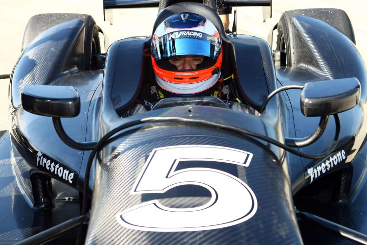 Rubens Barrichello se prepara para testar o carro da equipe KV Racing, da Frmula Indy, nesta segunda-feira, na Flrida