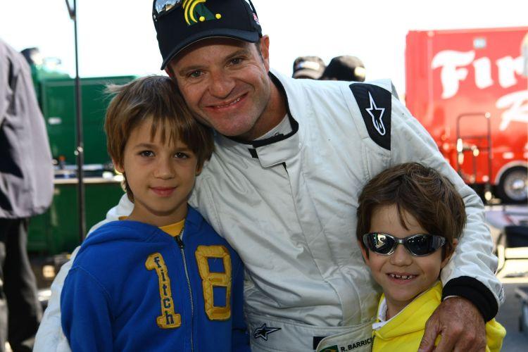 Rubens Barrichello posa com os filhos Eduardo e Fernando antes de testar o carro da equipe KV Racing, da Frmula Indy, na Flrida