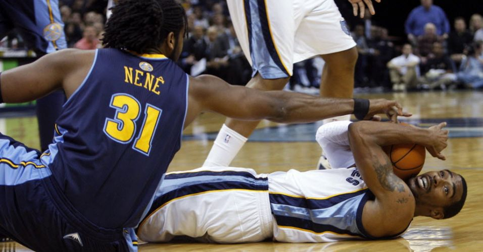 O brasileiro Nenê disputa bola com Mike Conley, do Memphis Grizzlies, durante a derrota do Denver Nuggets