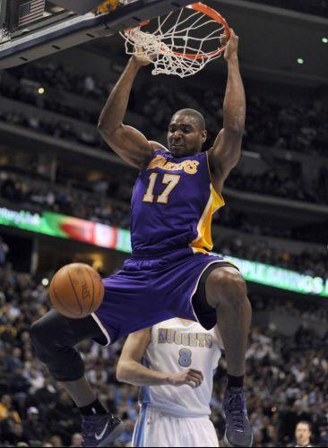 Andrew Bynum durante enterrada na vitória dos Lakers contra os Nuggets
