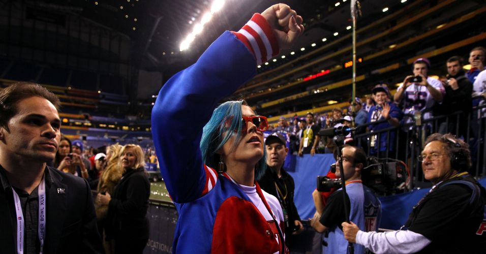 A cantora Katy Perry comemora a vitória do New York Giants contra os Patriots no Super Bowl