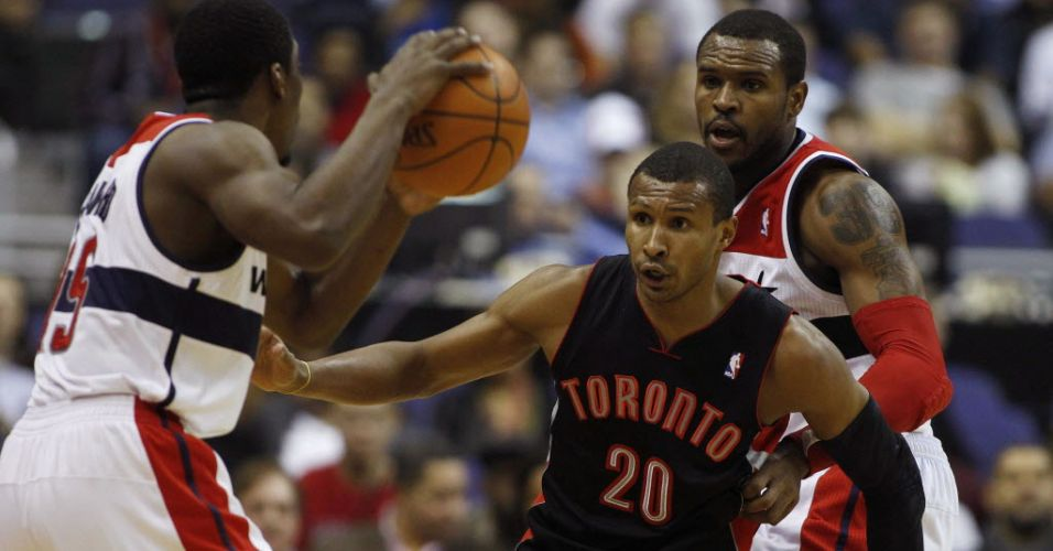 Leandrinho marca Jordan Crawford, do Washington Wizards, durante derrota do Toronto Raptors