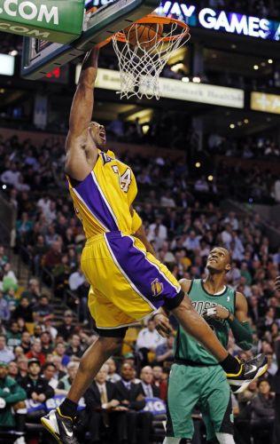 Kobe Bryant consegue uma enterrada durante a vitória dos Lakers contra o Boston Celtic