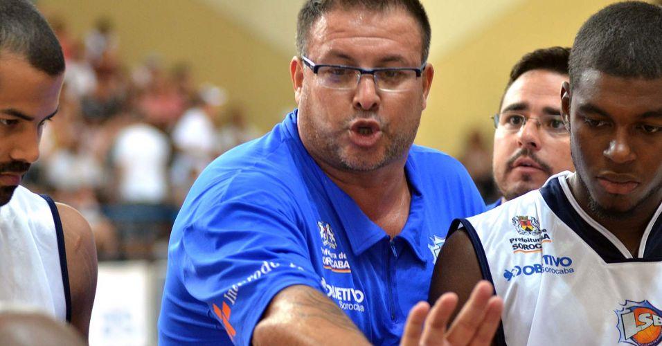 Técnico Rinaldo Rodrigues passa orientação aos jogadores da Liga Sorocabana em partida contra o Flamengo