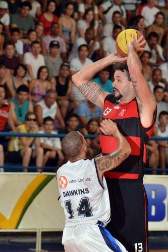 Caio Torres é marcado por Dawkins na partida entre Flamengo e Liga Sorocabana