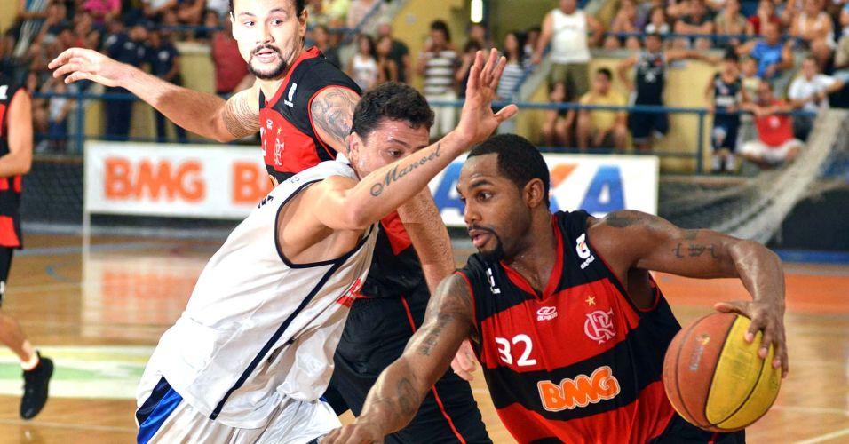 Jackson encara marcação na partida entre Flamengo e Liga Sorocabana pelo NBB