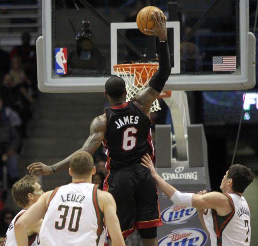 LeBron James salta para enterrar e marcar mais dois pontos para o Miami Heat. Com 35 pontos, LeBron foi o destaque da vitória sobre o Milwaukee Bucks por 114 a 96