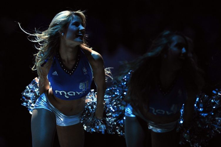 Belas cheerleaders incentivam a torcida do Dallas Mavericks, que derrotou o Los Angeles Clippers por 96 a 92
