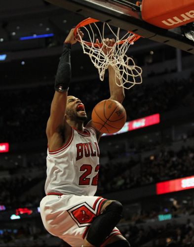 Taj Gibson, do Chicago Bulls, faz careta após enterrada contra o Sacramento Kings