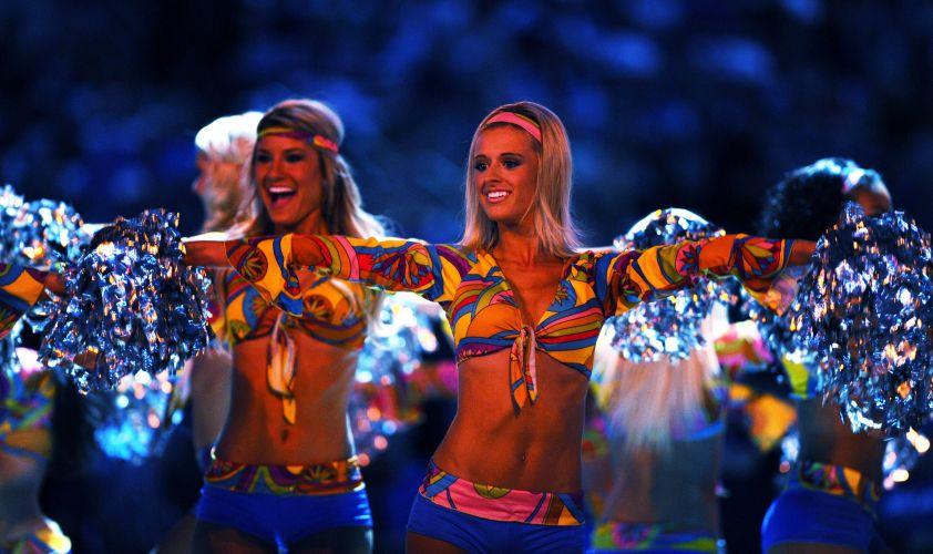 Cheerleaders do Dallas Mavericks fazem apresentação em partida contra o Denver Nuggets