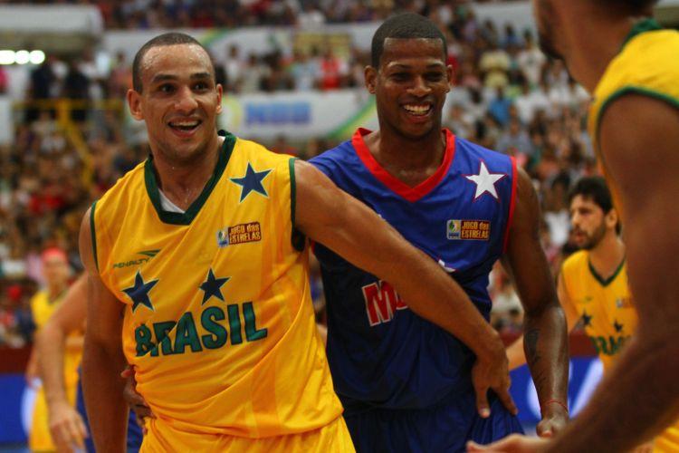 Alex Garcia sorri na marcação durante a partida entre brasileiros e estrangeiros, no Jogo das Estrelas do NBB, em Franca.