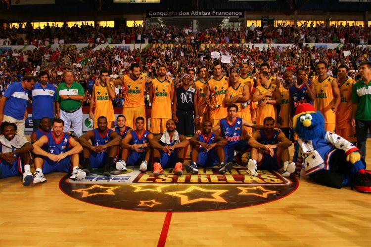 Jogadores se reúnem após a manhã de festa no Jogo das Estrelas do NBB, em Franca