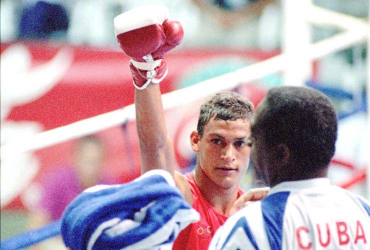 O pugilista brasileiro Acelino Popó Freitas festeja após vencer luta, em Mar del Plata, Argentina.