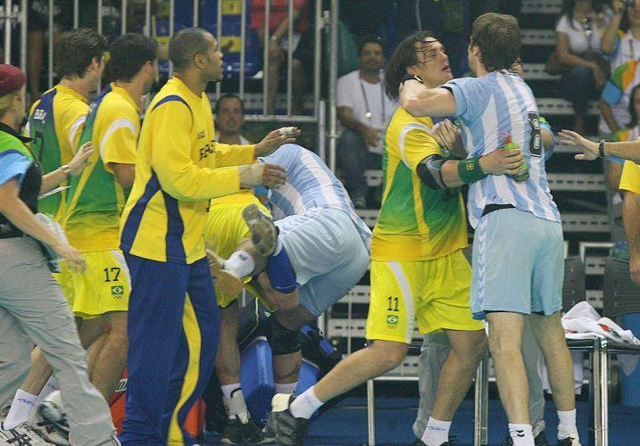 Depois de uma preparação complicada, que envolveu a polêmica dispensa do levantador Ricardinho, os jogadores da seleção masculina de vôlei comemoram a medalha de ouro