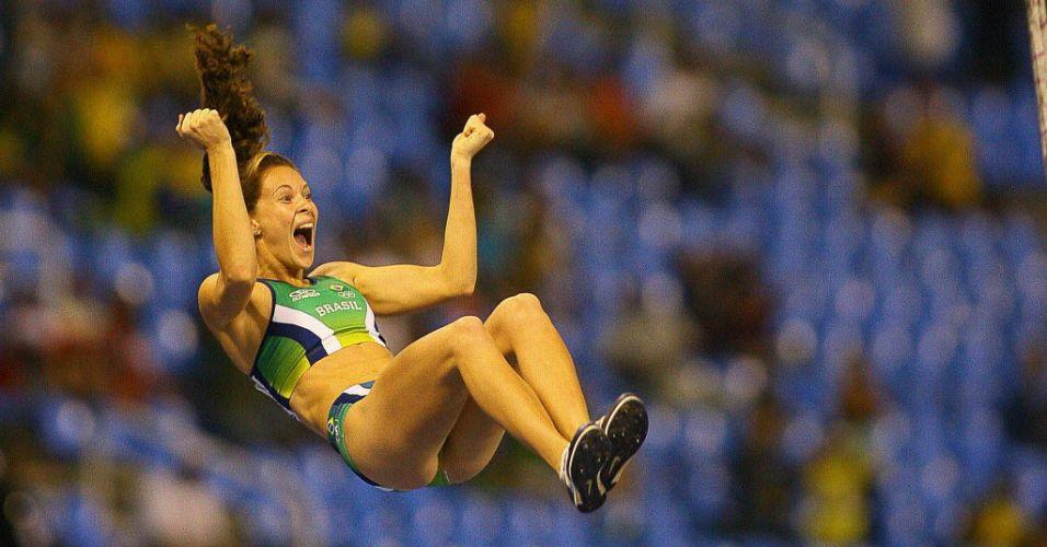 Antes mesmo de cair no colchão, a brasileira Fabiana Murer sabia que o ouro estava garantido. Com 4,60 m, a saltadora com vara subiu ao lugar mais alto do pódio