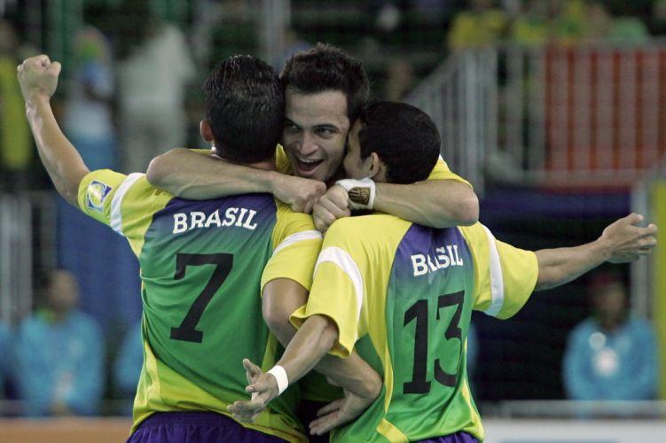 Comandada por Falcão (c), seleção brasileira conquista o ouro no futsal após vitória por 4 a 2 sobre Argentina. No entanto, a modalidade não comoveu a Odepa e segue fora do calendário dos Jogos Pan-Americanos