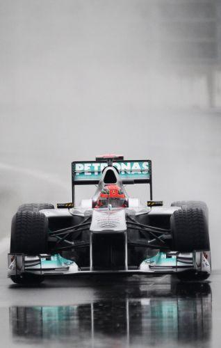 Michael Schumacher marcou 2min02s784, superou o compatriota Sebastian Vettel e fechou o primeiro treino para o GP da Coreia do Sul com o melhore tempo