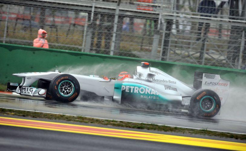 Michael Schumacher saiu da pista com a Mercedes GP, mas se recuperou e terminou primeira sessão de treinos para o GP da Coreia do Sul com o melhor tempo