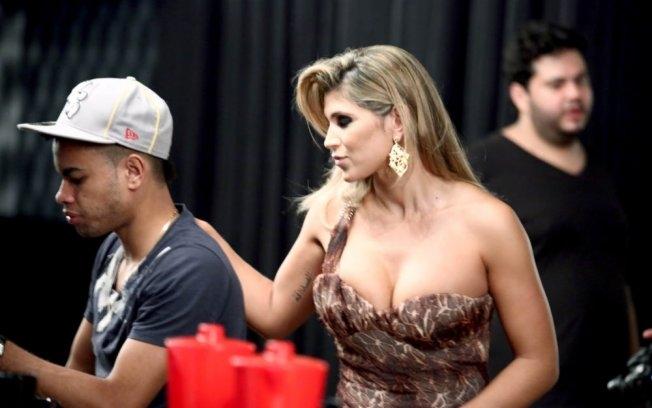 Dentinho aproveitou a segunda-feira de folga no Corinthians para ir com Dani Souza, a Mulher Samambaia, em sessão de fotos em Goiânia