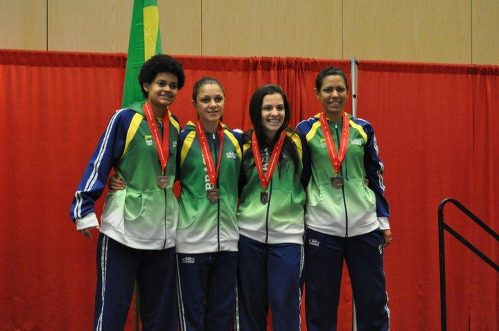 Equipe feminina do Brasil comemora o terceiro lugar no Pan-Americano de Reno, nos Estados Unidos. No último combate, as brasileiras superaram a forte equipe da Venezuela
