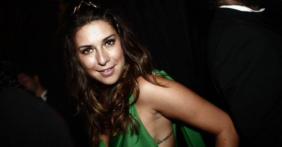 Atriz Fernanda Paes Leme participa do Baile da Cidade, da revista Vogue