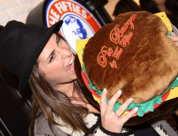 Fernanda Paes Leme vai à inauguração de hamburgueria no Rio de Janeiro e brinca ao posar para foto