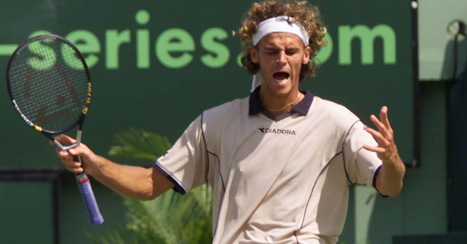 Gustavo Kuerten questiona marcao de bola dentro em devoluo de Pete Sampras na final do Masters Series de Miami. Brasileiro reclama at hoje do ponto que foi 