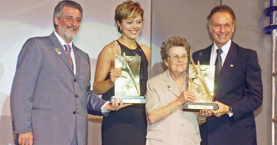 Gustavo Kuerten é o vencedor do Prêmio Brasil Olímpico de 2000 e representado por sua avó, Olga, na cerimônia ao lado de Carlos Melles, então ministro do Esporte e Turismo, Leila (ex-jogadora de vôlei), e Carlos Arthur Nuzman, presidente do COB